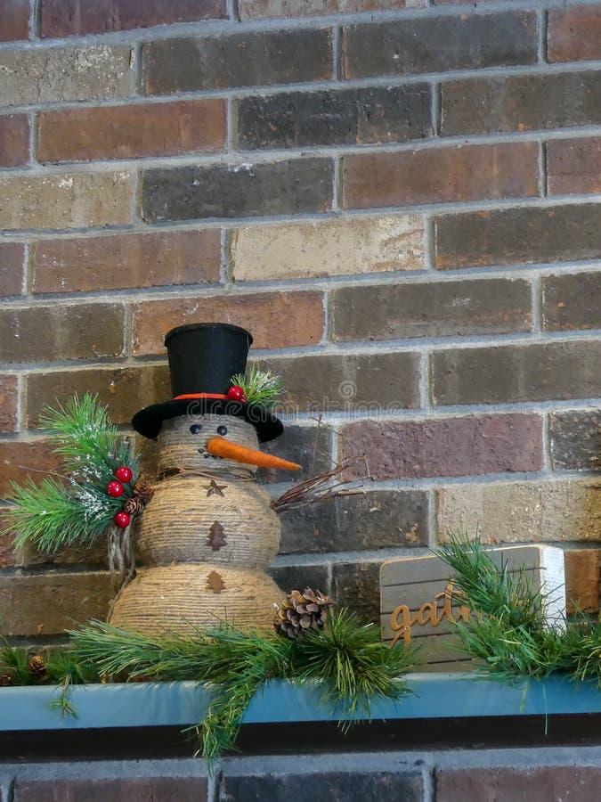 Жизнерадостный дизайн интерьера украшения снеговика праздника на праздники стоковые изображения rf