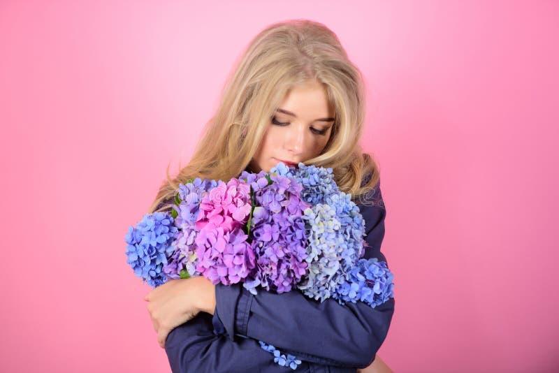 Забота и косметическая процедура кожи Нежный чувствительный цветок Чисто красотка Нежность молодой кожи Цветене весеннего времени стоковое изображение