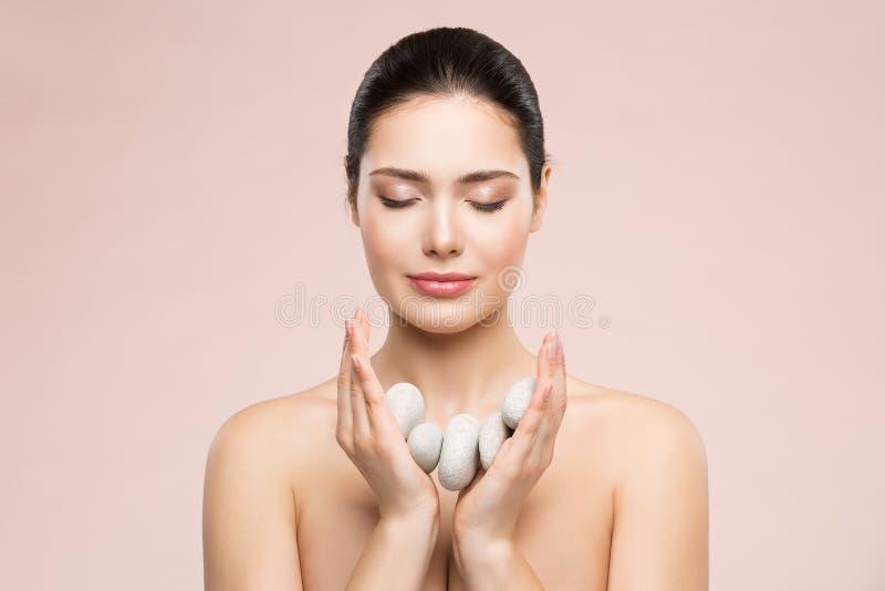 Забота красоты женщины и обработка, красивые модельные камни массажа удерживания в руках, счастливых мечтах здоровья девушки стоковая фотография rf