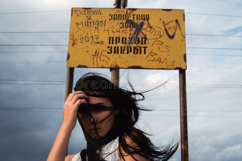 Заботливая усиленная молодая женщина с беспорядком в ее голове стоковые изображения rf