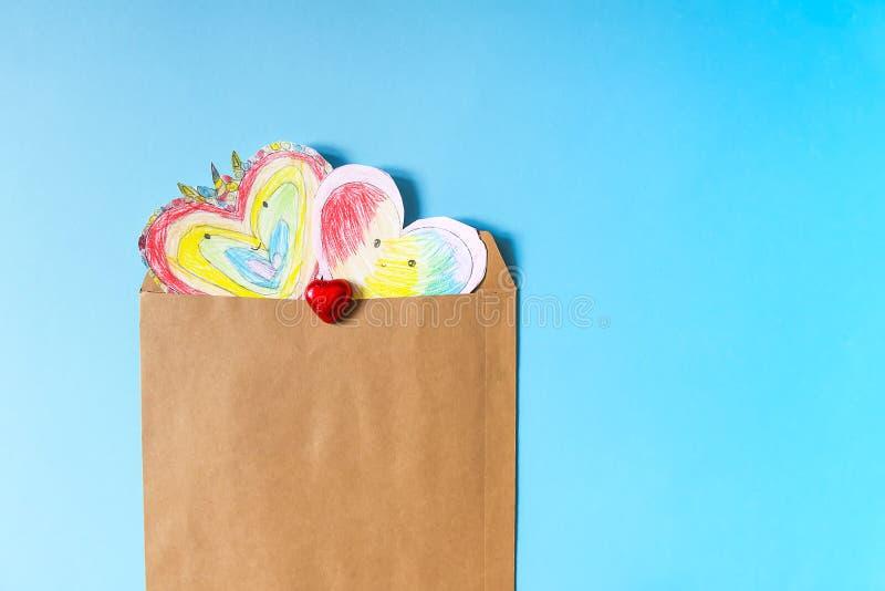 Заверните сердца в бумагу Child& x27; творение s для Valentine& x27; день s стоковая фотография