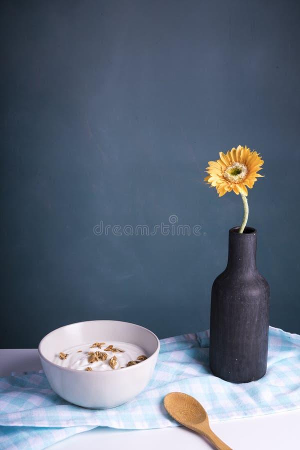 Завтрак с йогуртом и хлопьями, темной предпосылкой стоковые изображения