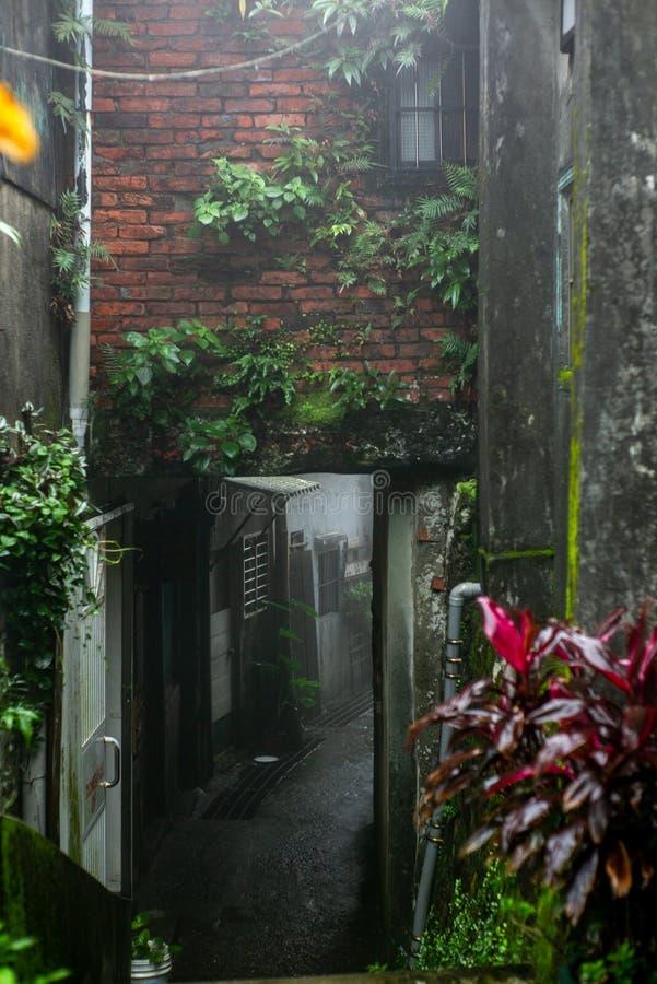 Загадочные задние переулок и лестница в тайваньской деревне Jiufen - 3 стоковые фотографии rf