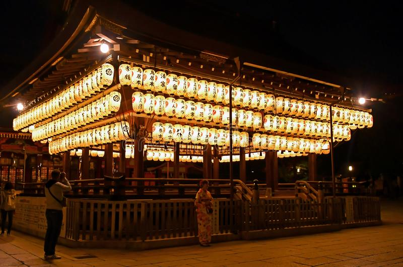 Загоренные фонарики святыни Yasaka, Киото стоковые изображения rf