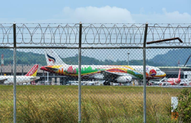 Загородка с колючей проволокой вокруг аэропорта стоковые фото