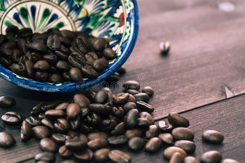 Зажаренные в духовке кофейные зерна в восточном шаре стоковые фото