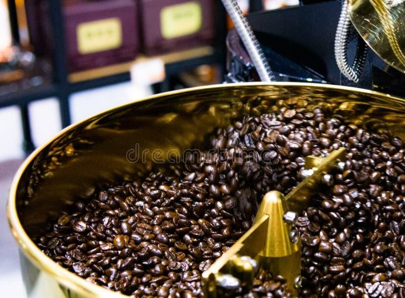 Зажаренный в духовке кофе в roaster кофе, arabica зажарил в духовке урожай кофе стоковая фотография