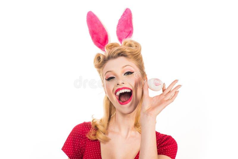 Зайчик pin-вверх Красивая белокурая девушка с ушами зайчика и пасхальным яйцом Карточки пасхи Pin вверх по пасхе Концепция ушей з стоковая фотография rf