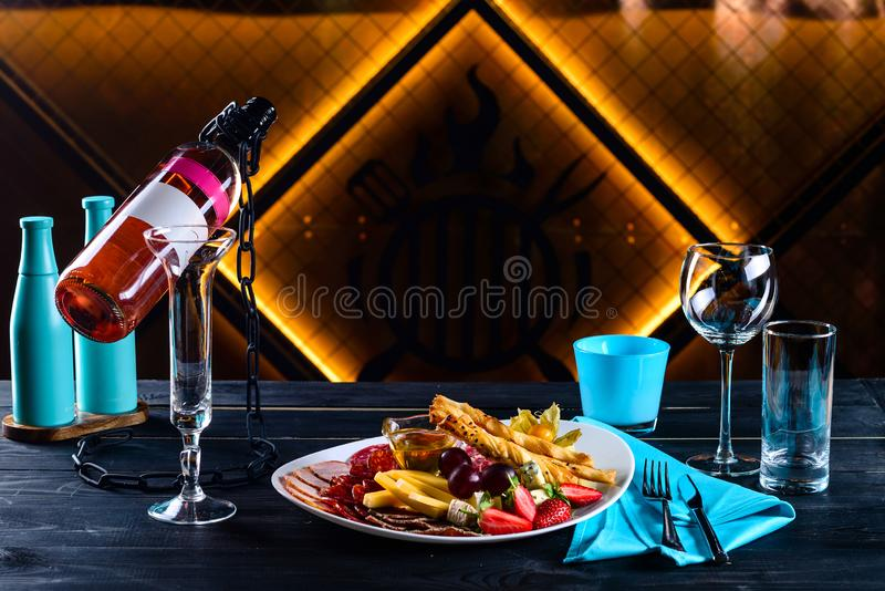Закуска и вино на романтичный вечер в ресторане стоковые изображения rf
