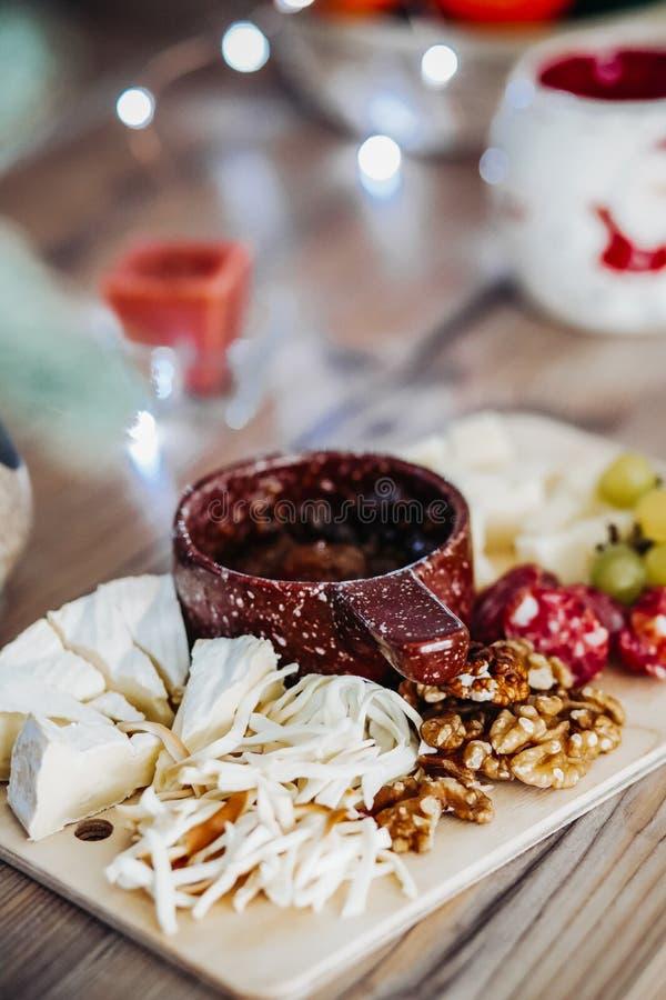 Закуска на деревянной доске стоковые фотографии rf