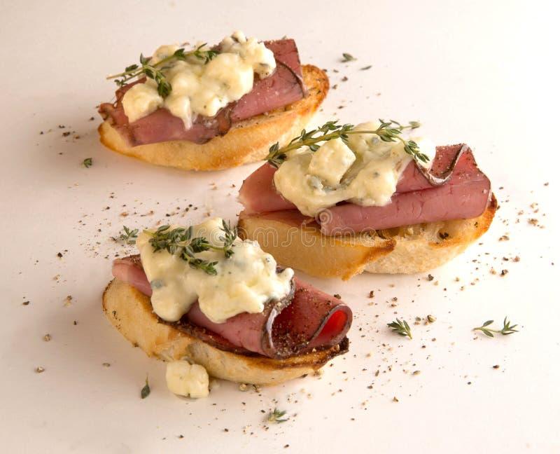 Закуска Crostini с ростбифом стоковые изображения rf