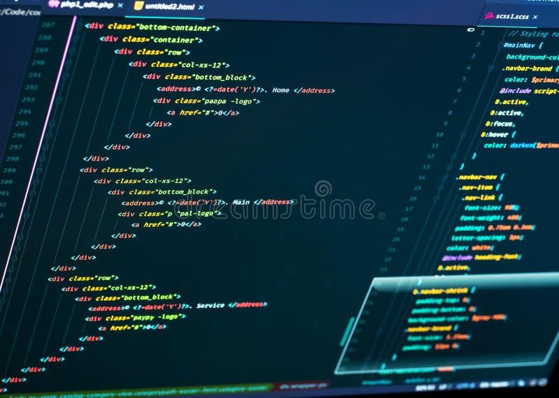Закройте вверх превращаться кода HTML и CSS Кодирвоание вебсайта стоковые фото