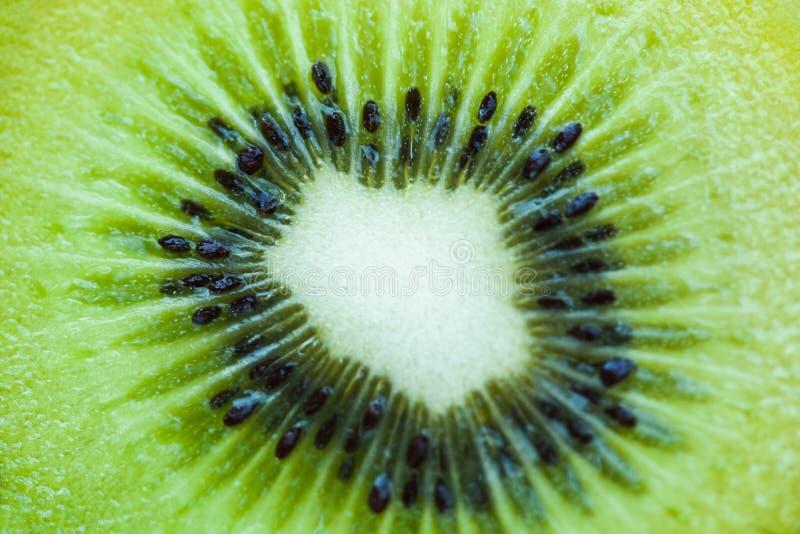 Закройте вверх предпосылки кивиа куска текстуры плода кивиа стоковая фотография