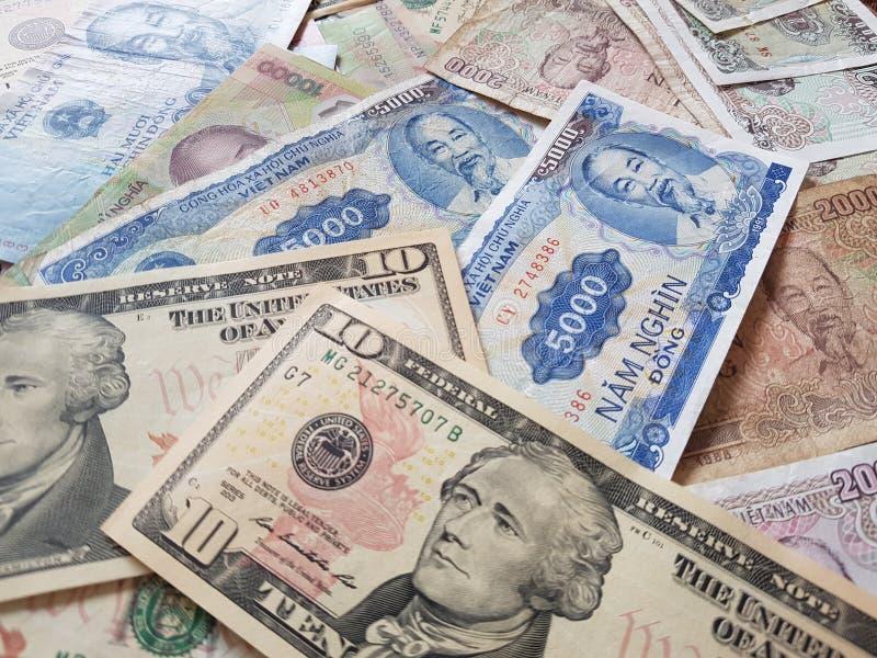 Закройте вверх по банкнотам вьетнамца с Хо Ши Мин доллар портрета и Соединенных Штатов темпы роста девизов в долларах принципиаль стоковое изображение rf