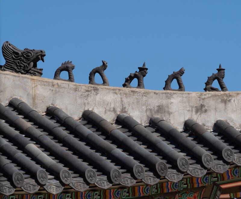 Закройте вверх черепиц, статуй, и картины дворца Gyeongbokgung стоковое фото