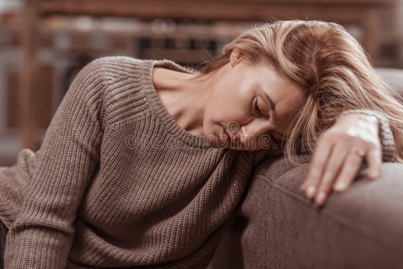 Закройте вверх чувства женщины ужасного после развода с супругом стоковая фотография rf