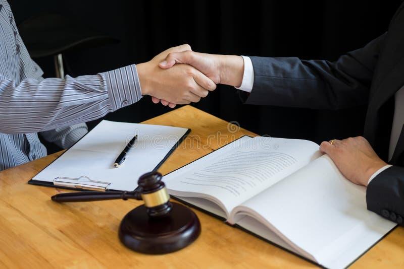 Закон и законная концепция, консультация между юристами и клиент клиентов тряся руки обсуждая договор подряда внутри стоковое фото