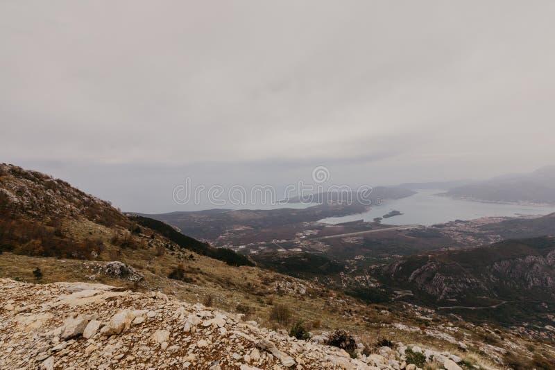 Залив Kotor от высот Взгляд от держателя Lovcen к заливу Осмотрите вниз от платформы замечания на горе Lovcen стоковая фотография rf