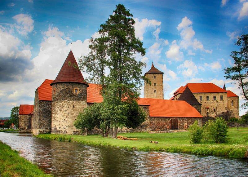 Замок воды Svihov расположен в регион Pilsen, чехию, Европу Канал воды вокруг каменного замка стоковые изображения