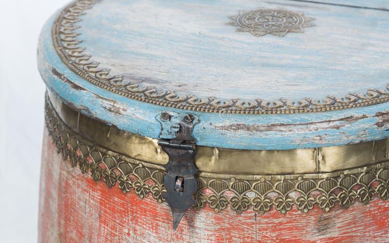 Замок металла и ящика для хранения деревянного восточного стиля винтажный стоковые фотографии rf