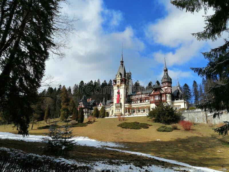 Замок Румыния Peles, с впечатляющим парком стоковое фото