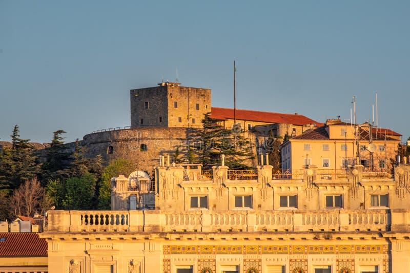 Замок Castello di Сан Giusto в Триесте на заходе солнца весны стоковые фотографии rf