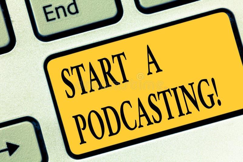 Запись Podcasting начала a показа примечания Подготовка фото дела showcasing и распределение аудио файлов используя RSS стоковое изображение rf