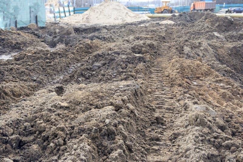 затравка след платформы строения от движения трактора на следе отжатый в землю стоковое изображение