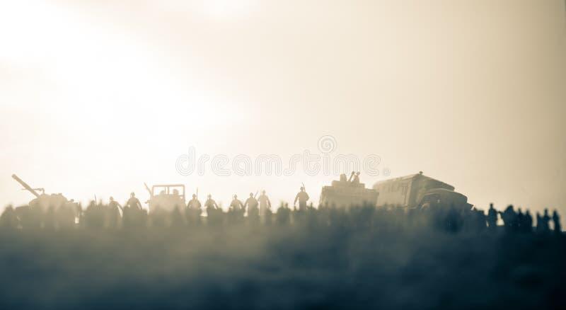 Захваченный враждебной концепцией Военные силуэты и толпа на предпосылке неба тумана войны Солдаты и бронированные транспортные с стоковое изображение rf
