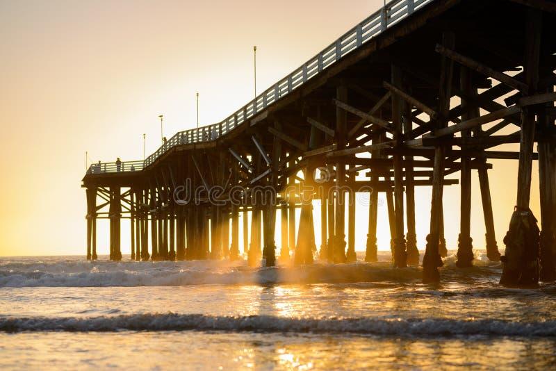 Заход солнца Калифорния на Тихом океан пляже стоковые фотографии rf
