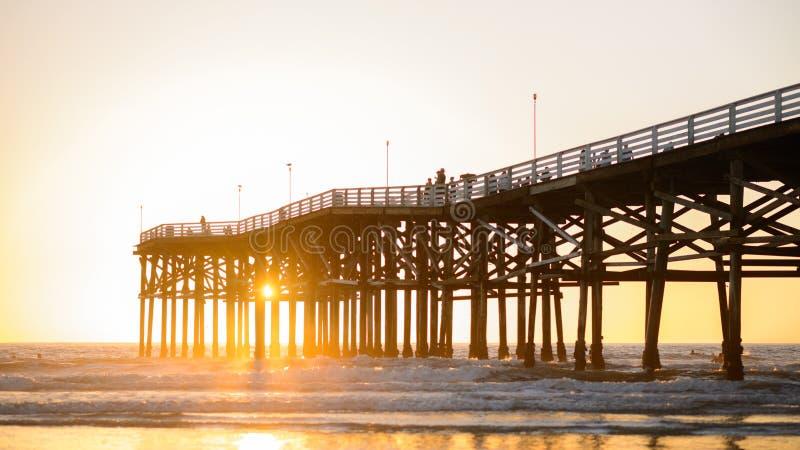 Заход солнца Калифорния на Тихом океан пляже стоковые изображения