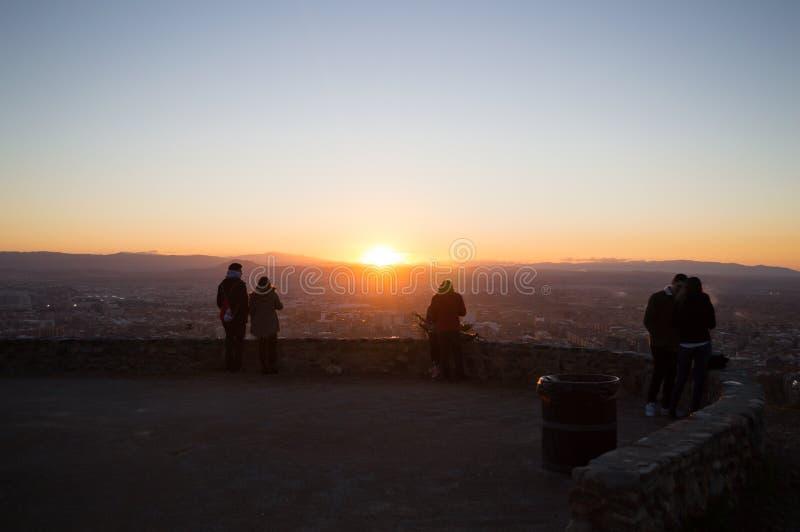 Заход солнца людей наблюдая на бдительности Abogado del Mirador del Barranco в Гранаде, Испании стоковая фотография