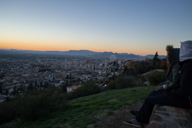 Заход солнца людей наблюдая на бдительности Abogado del Mirador del Barranco в Гранаде, Испании стоковое фото rf