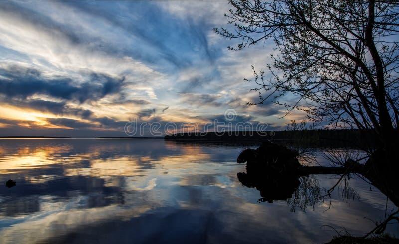 Заход солнца над большим озером стоковая фотография rf