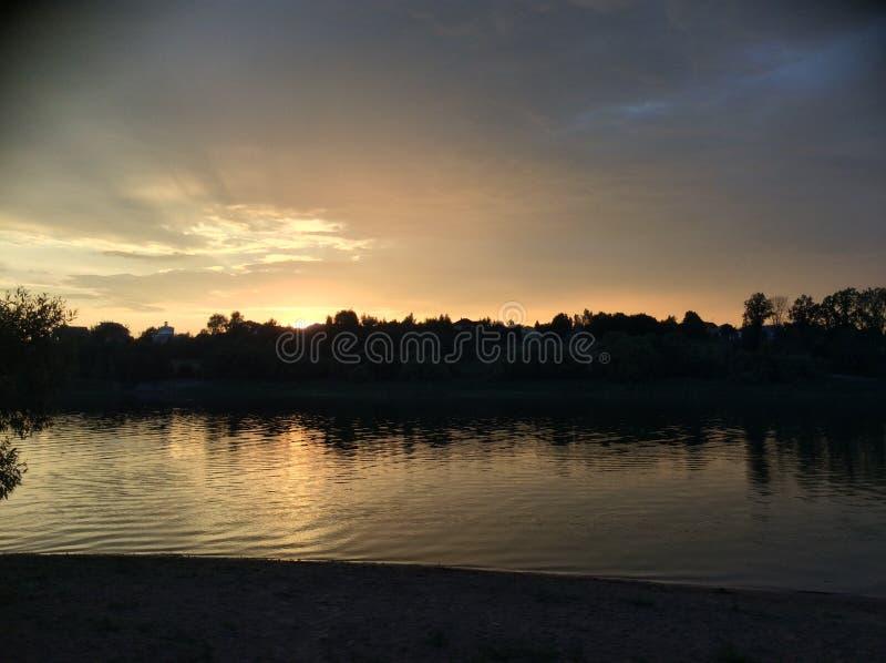 Заход солнца на береге стоковые изображения rf