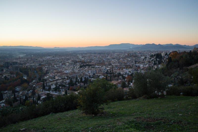 Заход солнца на бдительности Abogado del Mirador del Barranco с взглядом на Albayzin в Гранаде, Испании стоковая фотография