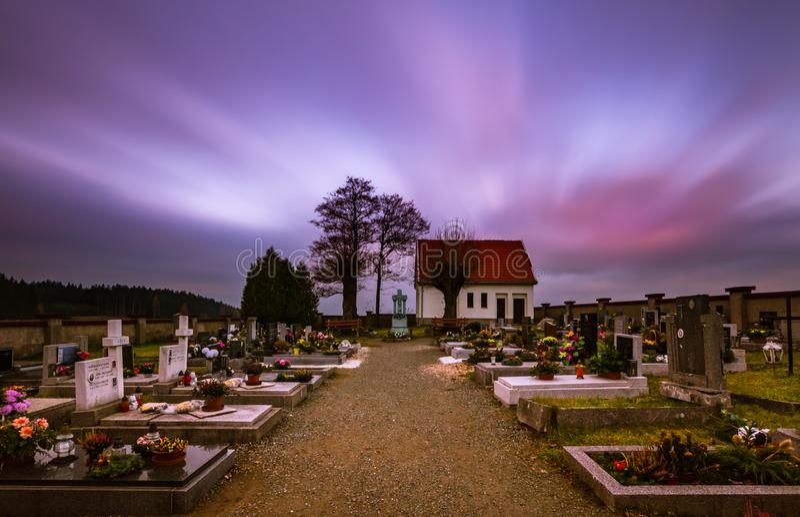 Заход солнца на кладбище стоковые фотографии rf