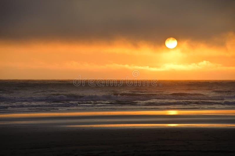 Заход солнца на пляже Kalaloch, стоковые изображения