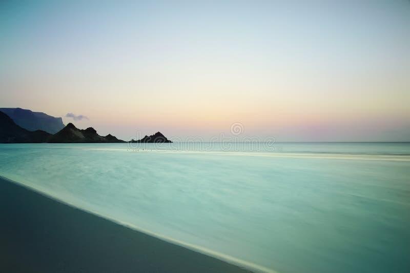 Заход солнца на диком пляже на Индийском океане на пляже острова рая выдержка длиной стоковая фотография