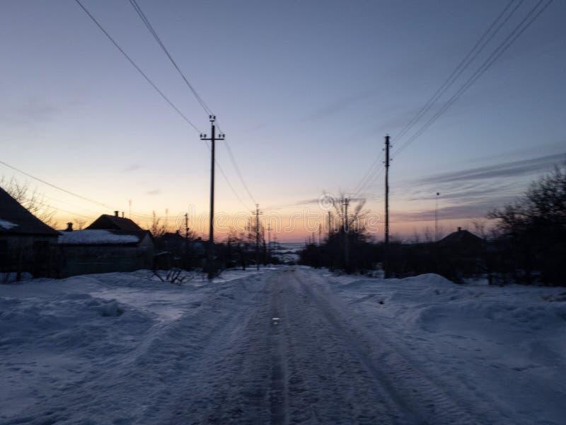 Заход солнца на дороге в зиме стоковые изображения