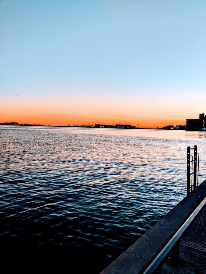 Заход солнца на фронте Торонто habour, Канаде смотря на ontarion озера стоковое фото rf