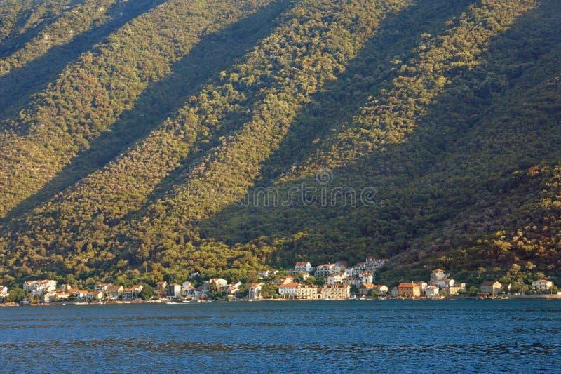 Звукомерная текстура крутого наклона горы, загоренная по солнцу Черногория, залив Kotor стоковые изображения