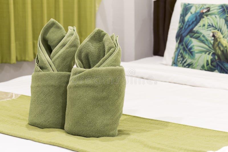 Зеленые полотенца на кровати стоковое изображение