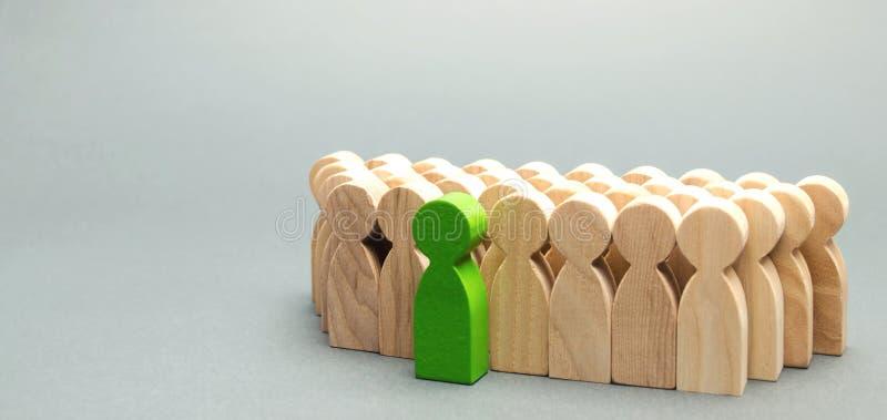 Зеленый человек приходя из толпы Выбранная персона среди других Талантливый работник промотирование Концепция поиска для работник стоковое изображение