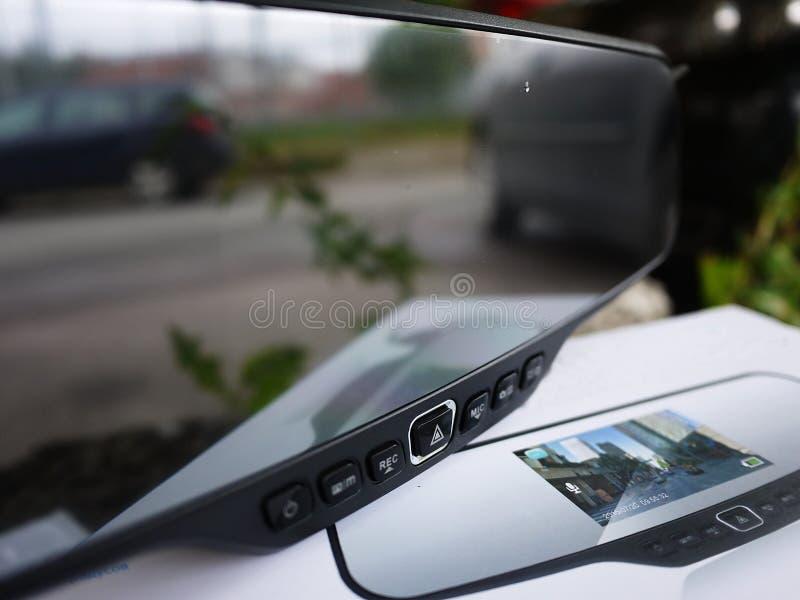 Зеркало заднего вида автомобиля с встроенной камерой конца-вверх стоковые фотографии rf