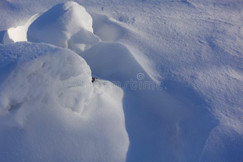 зима белизны снежинок предпосылки голубая Аннотация Смещения снега Ровные переходы линий света и тени Снег на солнечный день стоковые изображения