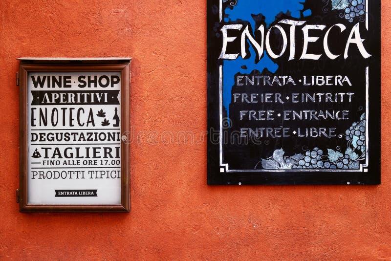 Знаки винных магазинов для пробовать и еды стоковая фотография