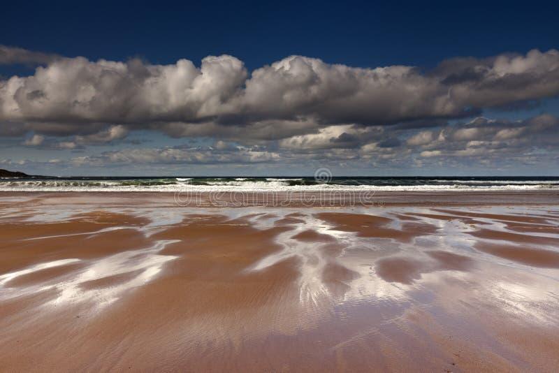 Знаки полной воды на песчаном пляже стоковые изображения rf