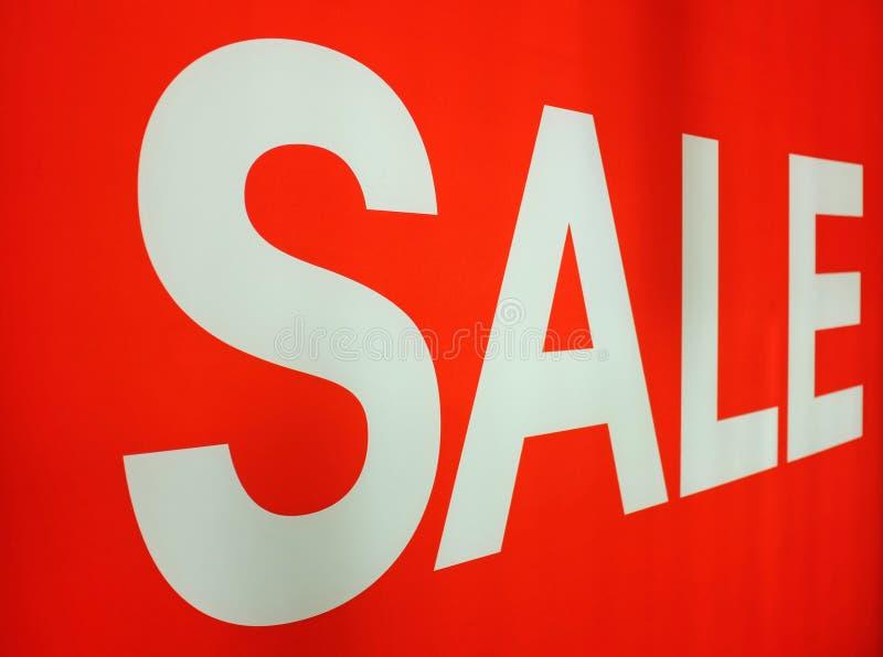 Знак белой продажи на красной предпосылке в магазине стоковые изображения