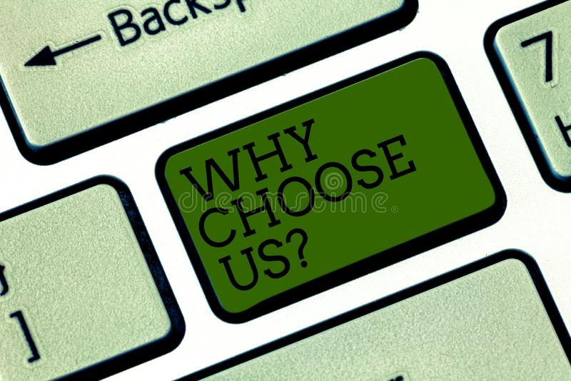 Знак текста показывая почему выберите нас Схематические причины фото для выбора нашего бренда над другими клавиша на клавиатуре а стоковая фотография rf